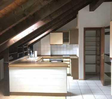 Gemütliche 3 ZKB-DG-Wohnung mit off. Küche und EBK im DG eines gepfl. MFH in Ketsch