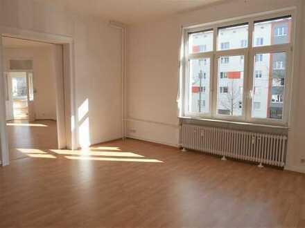 WI-Innenstadt, FH-Nähe: Geräumige, sonnige 4-Zimmer-Wohnung; Tageslicht-Wannenbad; Gäste-WC; Balkon