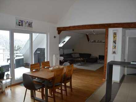 Moderne 2,5-Zimmer-Maisonette-Wohnung mit Balkon, Einbauküche und Alpenblick in Großschönach
