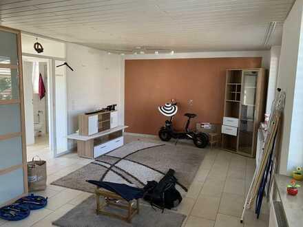 Helle 1-Zimmer-Wohnung-mit separatem Eingang und Einbauküche