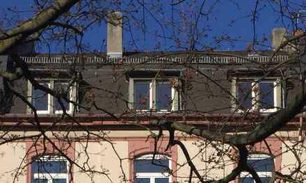 Altbau-Dachgeschoßwohnung mit Skyline-Blick