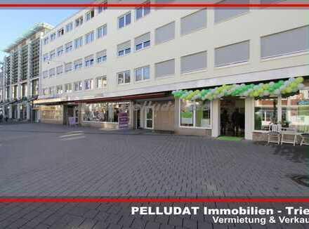 Trier - Fußgängerzone: Moderne Betriebsfläche mit großer Schaufensterfront nähe Viehmarkt