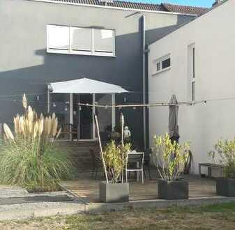 Modern individuelles Haus mit fünf Zimmern und EBK