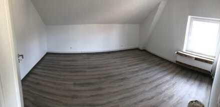Erstbezug nach Sanierung mit Einbauküche: günstige 3-Zimmer-DG-Wohnung in Steinburg (Kreis)
