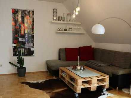 Schöne Zwei-Zimmer-Dachgeschoss-Wohnung (voll möbliert, befristet) in zentraler Lage