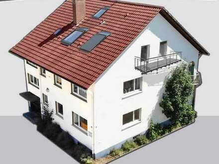 Mehrfamilienhaus, leer und renoviert mit Garage.