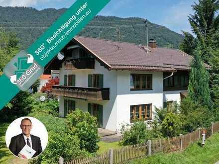 Freistehendes Zweifamilienwohnhaus in sonniger Lage von Oberau auf einem 649 m² Grundstück.