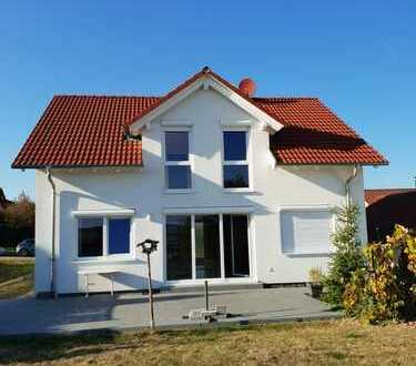 Einfamilienhaus mit Traumblick, Doppelgarage und Keller!