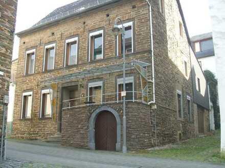 Geräumiges Winzerhaus mit Lagerräumen und Garage