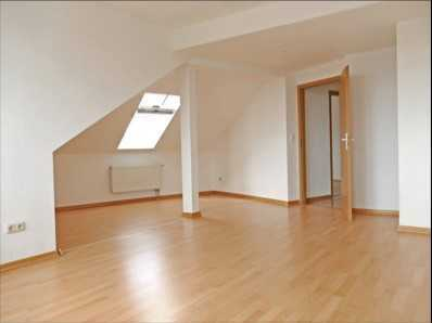 großräumige, helle 2-Raumwohnung im Dachgeschoß