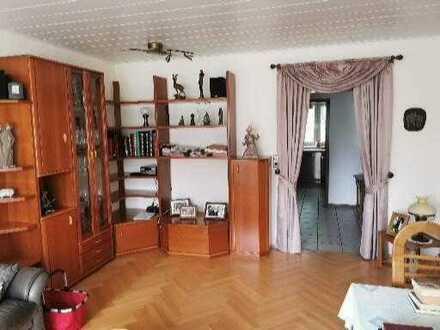 Gepflegte 3,5-Zimmer-Hochparterre-Wohnung mit Balkon und Einbauküche in Duisburg