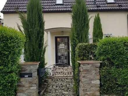 Freistehendes Familienhaus mit großem Garten Beautiful house with a large garden