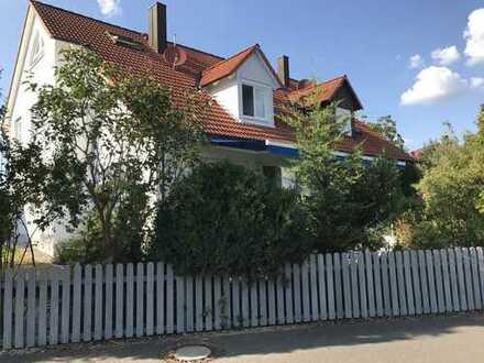 Schicke Doppelhaushälfte mit pflegeleichtem Garten in Röttenbach