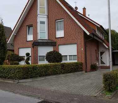 !! Obergeschosswohnung im ruhigen 2 Familienhaus mit Balkon, Kamin und 2 Stellplätzen !!