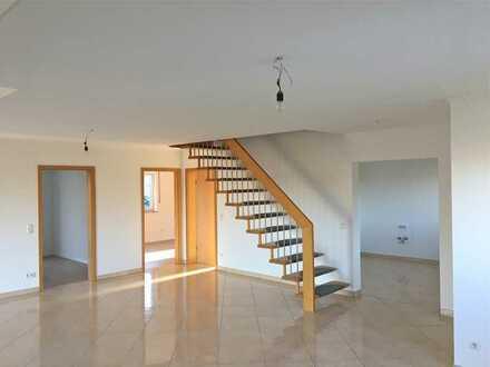 Neuwertige 5 Zimmer-Maisonette-Wohnung nach Komplettumbau .