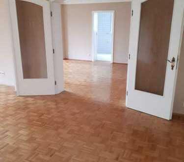 4-Zimmer Wohnung mit Tageslichtbad, sowie großzügigem Balkon und Garage.