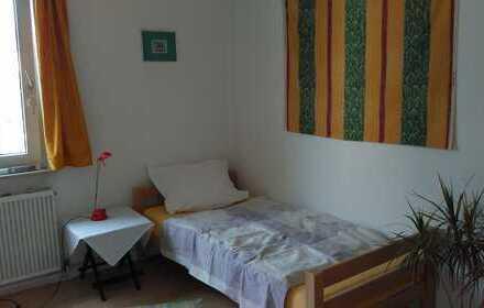 Nettes, helles möbliertes Zimmer, 15 qm, sucht Untermieterin zur Zwischenmiete, zentral