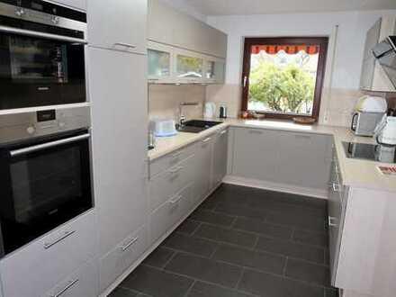 Haus mit viel Wohnraum für die große Familie in verkehrsgünstiger, ebener Randlage mit EBK u.Garage.