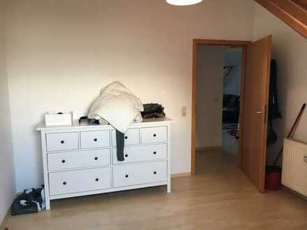 Sonnige, gepflegte 2-Zimmer-DG-Wohnung mit Balkon und EBK in Leonberg-Höfingen