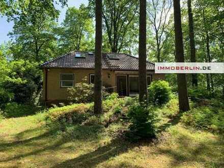 IMMOBERLIN: Ohne angrenzende Nachbarn - Einfamilienhaus in einzigartiger Waldlage!