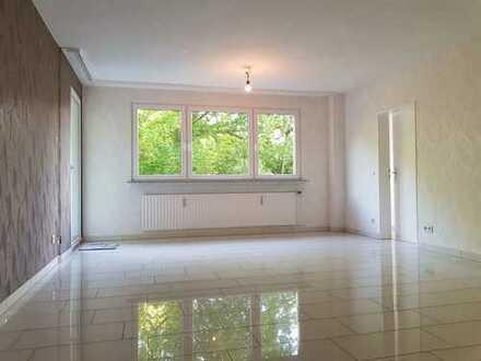 Vollständig renovierte 4-Zimmer-Wohnung mit Balkonen und EBK in Bergisch Gladbach