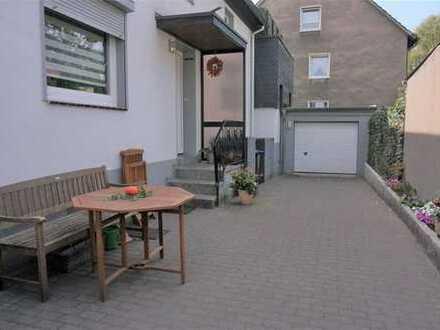 Wohnung mit eigenem Eingang und zwei Garagen!