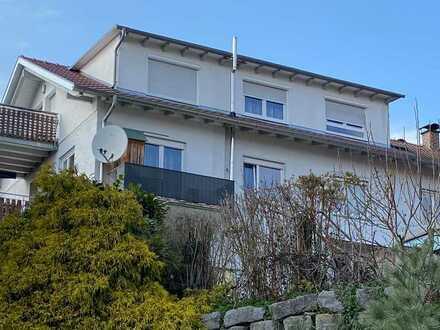 Ruhig gelegene 3,5 Zi. DG Wohnung in zentraler Lage mit Blick auf das Bergpanorama !