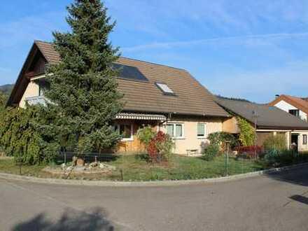 Großzügiges Wohnhaus mit 4 Garagen und viel Platz für Hobby und Handwerk