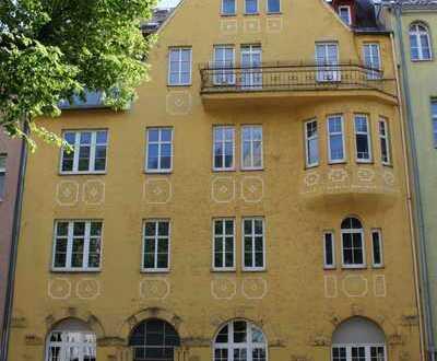 Erstbezug nach Sanierung mit Balkon: exklusive 5-Zimmer-Wohnung mit Erker in Hof