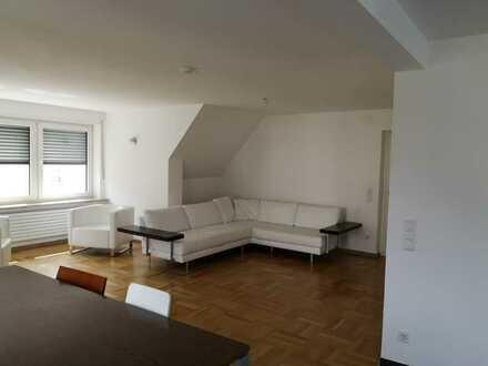 Modernisierte DG-Wohnung mit fünf Zimmern sowie Balkon und EBK in Augsburg