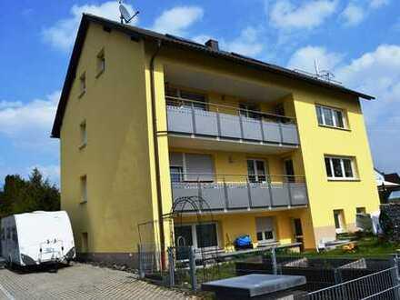 Neuwertige 4-Zi-ETW im 3-Familienhaus mit großem Balkon, Hobbyraum, Gartenanteil und 2 KFZ-Ste