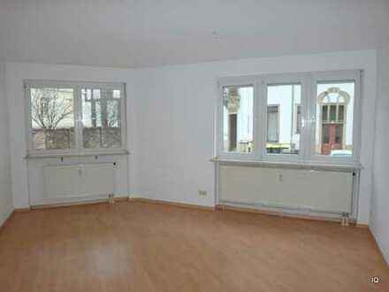 Hübsche 2-Zimmer-Wohnung im Hochparterre mit Laminatboden, Badewanne & Küchenmöbeln