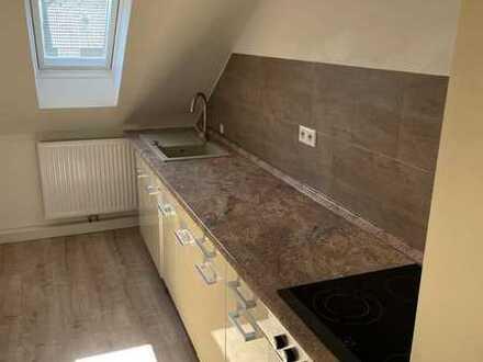 Neuwertige Dachgeschosswohnung mit vier Zimmern und Einbauküche in Pirmasens