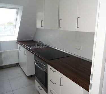 *NEU* 3er-WG-geeignetes Dachgeschoss mit Terrasse und Einbauküche in Reinickendorf