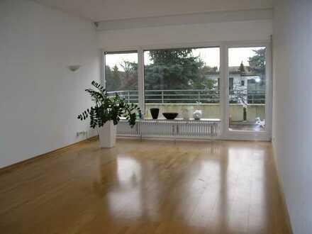 Ruhige u. helle Zweizimmer-Wohnung in Oberkassel mit Sonnen-Balkon, frisch renoviert