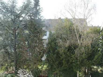 Altbaucharme mit großem sonnigen Balkon