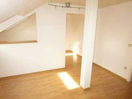 ***Helle & ruhige Mansardenwohnung mit Einbauküche, Laminat und Tageslichtbad mit Wanne***