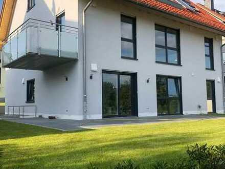 Erstbezug / Helle, luxuriöse Erdgeschosswohnung mit großer Südterrasse im Grünen