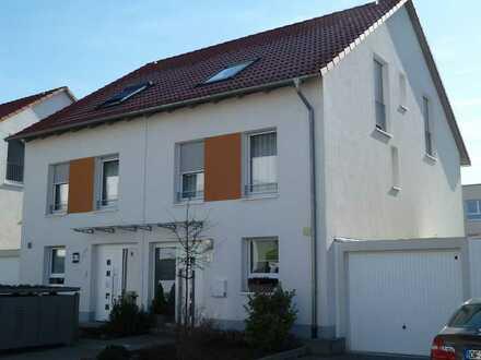 Neuwertige Doppelhaushälfte mit fünf Zimmern und EBK in Dietzenbach