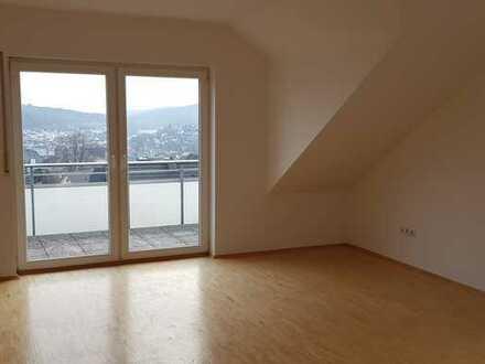 Vollständig renovierte DG-Wohnung mit vier Zimmern sowie Balkon und Einbauküche in Olpe