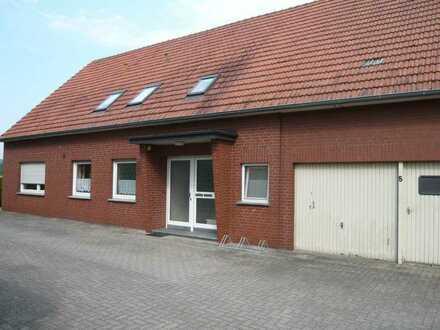 ländliche Wohnung mit Garage und Stellplätze in einem Zweifamilienhaus