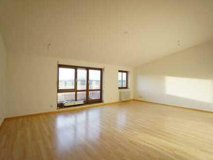 Geräumige 3 Zimmer-Wohnung mit traumhafter Aussicht, 2 Balkonen, TG-Stellplatz und Pkw-Stellplatz