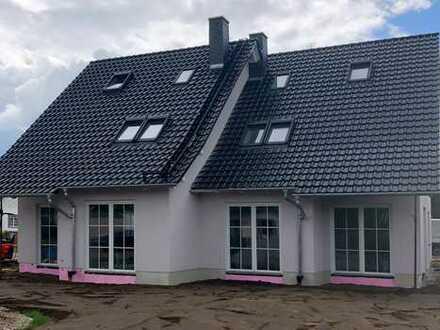 ERSTBEZUG! Neubau-Doppelhaushälfte mit Stellplätzen und hübschem Garten