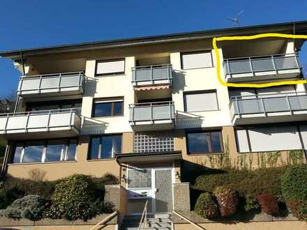 Sanierte Wohnung mit zwei Zimmern sowie Balkon und EBK in Bad Peterstal