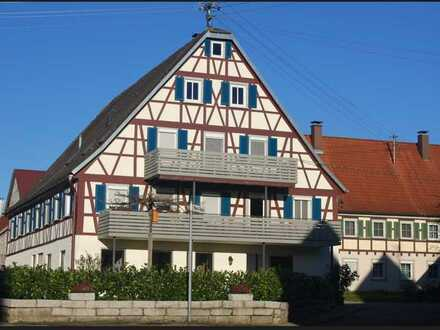 Neuwertige 2,5-Zimmer-Dachgeschosswohnung mit EBK im ausgebauten Fachwerkhaus