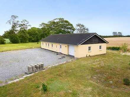 Ein Haus auf dem Lande mit grossem Grundstück