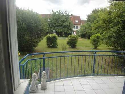 Ruhige, helle Hochparterre-Wohnung mit drei Zimmern sowie Balkon und Einbauküche in Veitshöchheim