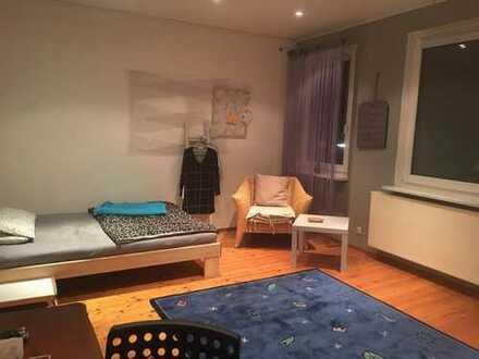 Vollmöbliertes, helles Zimmer in gepflegter Altbauwohnung