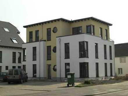 Stilvolle, geräumige und neuwertige 2-Zimmer-Loft-Wohnung mit Balkon und EBK in Lind, Köln