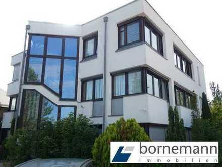 Frei! Bürogebäude 378 m² und Lagerhallen 1.656 m² (teils beheizt) + Stellplätze